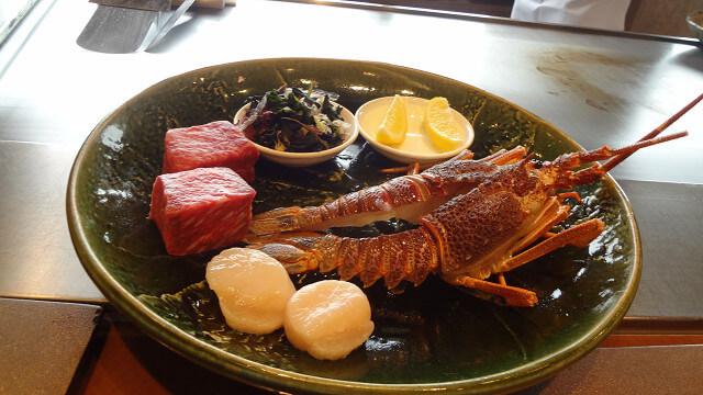 鉄板焼 さがみ【横浜ベイシェラトン ホテル&タワーズ 28F】の目の前で焼かれる豪華な食材の画像