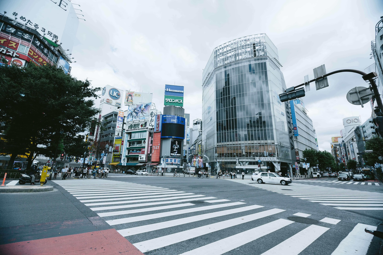 渋谷駅ハチ公付近の交差点の画像
