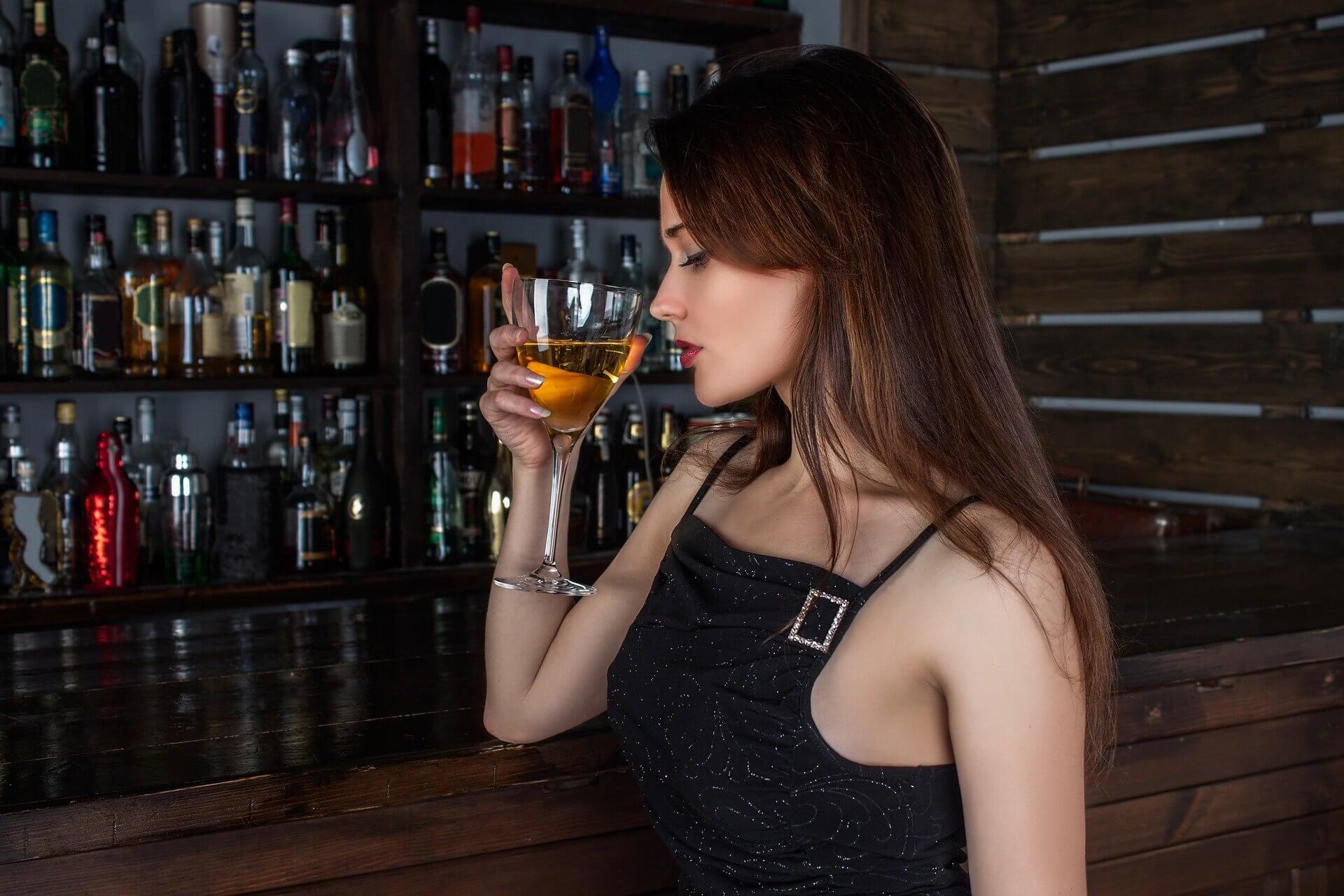 ワインの嗜み方のワインを嗜んでいる女性の画像