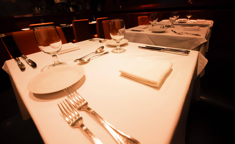 ワインの嗜み方のワインとテーブルの画像