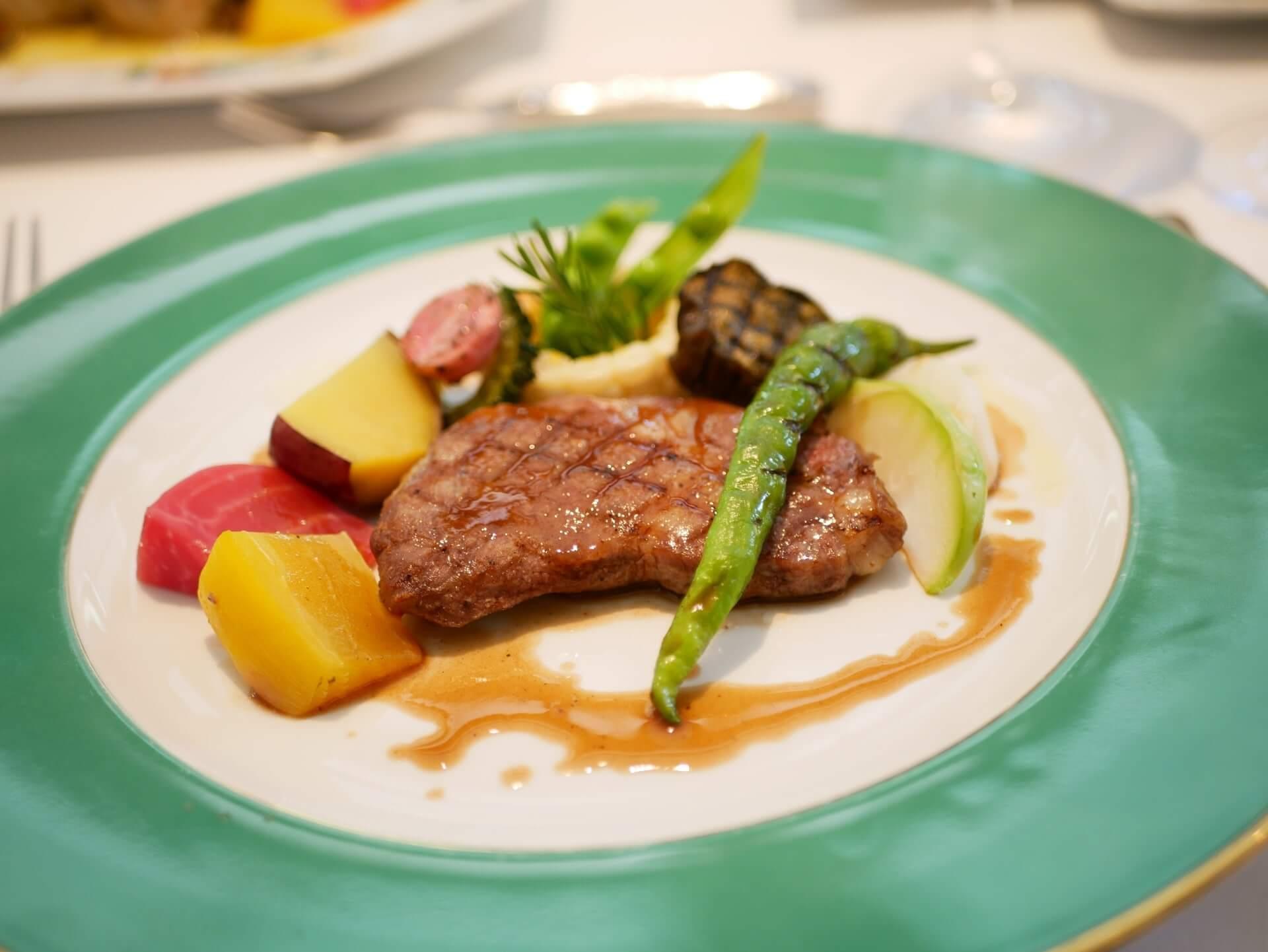 テーブルマナーにおけるお肉料理の画像